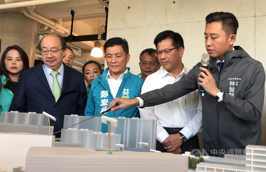 交通部長林佳龍(右2)8日到新竹市視察「前瞻基礎建設計畫-新竹大車站計畫」,聽取新竹市長林智堅(右1)簡報後表示,這是有創意、可行且物超所值的計畫。中央社記者魯鋼駿攝 108年11月8日