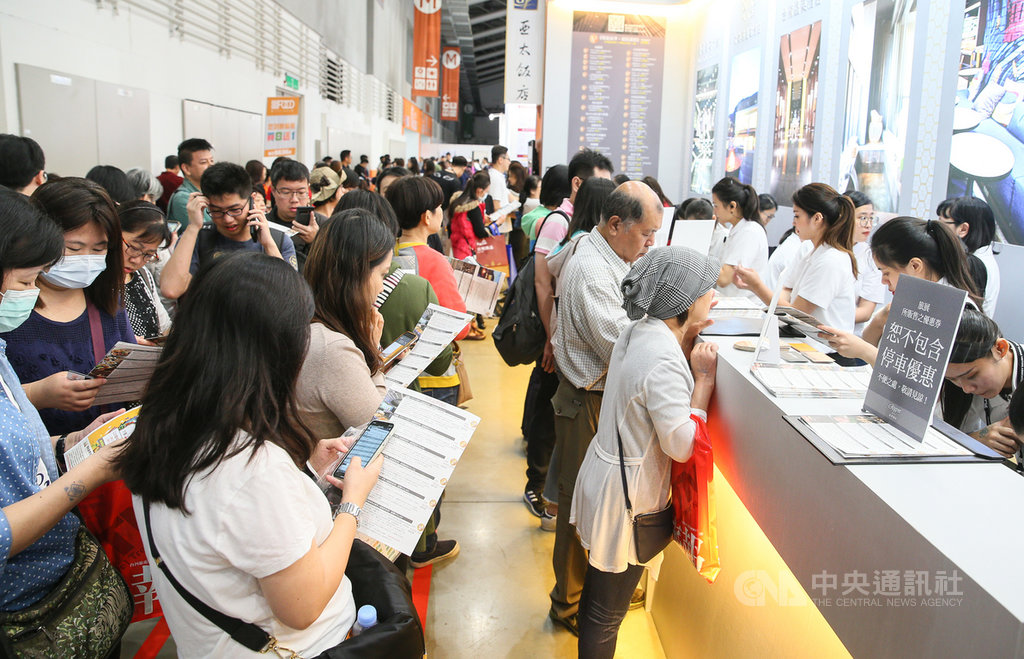 「2019ITF台北國際旅展」8日在南港展覽館登場,不少業者推出的餐券、住宿券等優惠商品,吸引許多民眾排隊搶購。中央社記者謝佳璋攝 108年11月8日