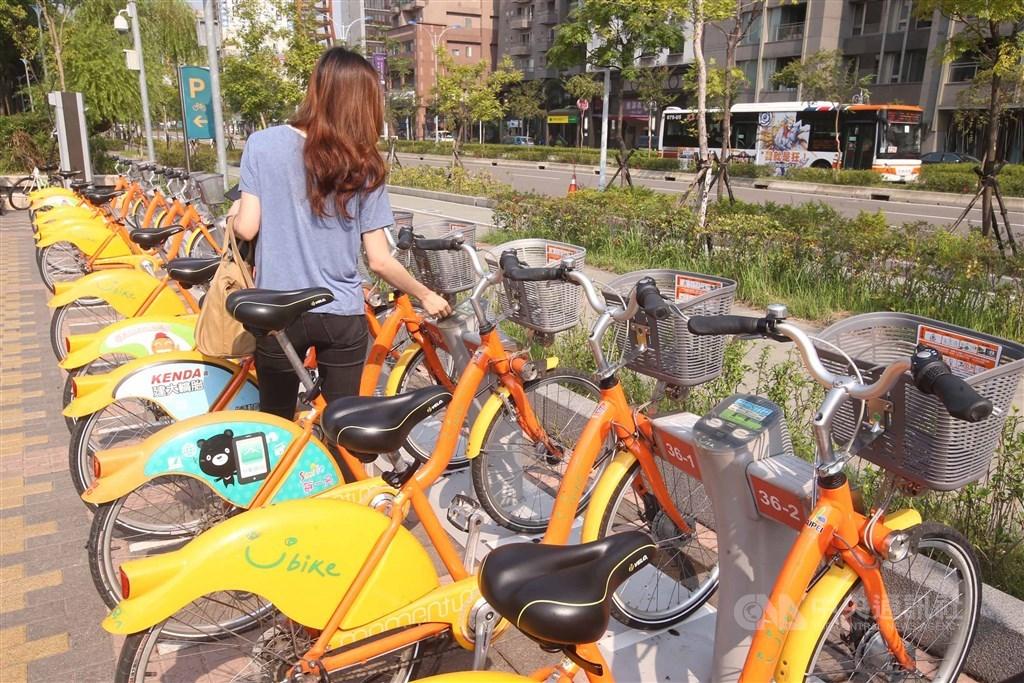 台北市交通局表示,YouBike使用年限為5年,2.0與1.0設備 (圖)相比彈性更大,將加速2.0建置,也會加強宣導,避免民眾搞混或無法借還車。(中央社檔案照片)