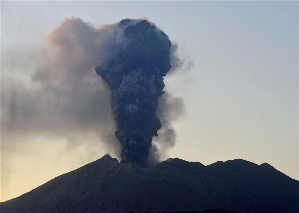 共同社報導,日本櫻島火山8日傍晚噴發,噴煙竄升至距火山口5500公尺高空。(共同社提供)