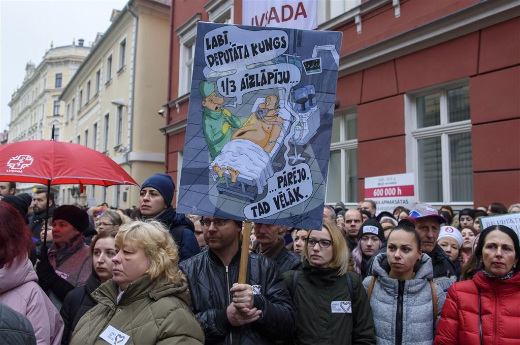 拉脫維亞數千名醫生、護士等聚集在首都里加的國會大廈前,要求調高他們的薪資,這是拉脫維亞逾10年以來的最大規模示威抗議。(法新社提供)