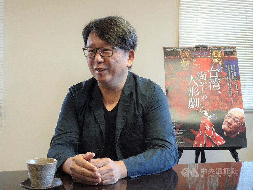 以布袋戲大師為主角的紀錄片「紅盒子」11月底將在日本全國戲院陸續上映,8日晚間在東京首映,感動日本觀眾。圖為導演楊力州接受媒體專訪。中央社記者楊明珠東京攝 108年11月9日