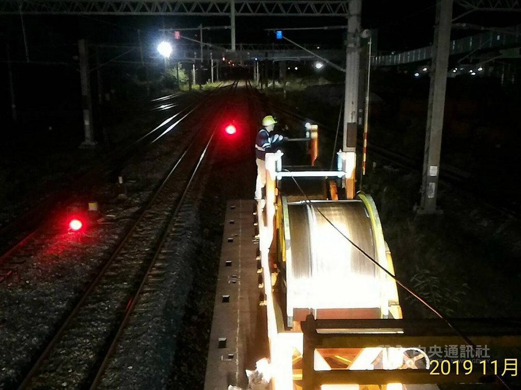 台鐵花蓮和平站8日深夜發生列車電弓斷落纏繞電車線事故,9日上午西正線修復,和平與宜蘭漢本間採單線雙向運轉,東正線目前仍在搶修,估計搶通時間將延後至深夜12時。(台鐵提供)中央社記者汪淑芬傳真 108年11月9日
