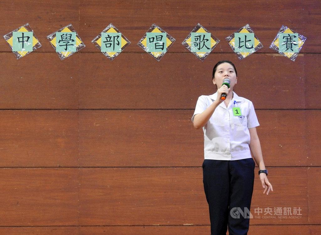菲律賓華文學校中正學院6日舉行中學部閩南語和國語歌唱比賽。學生說,未來找工作時,會講華語可以拿到更高薪水,所以學好中文很重要。中央社記者陳妍君馬尼拉攝 108年11月9日