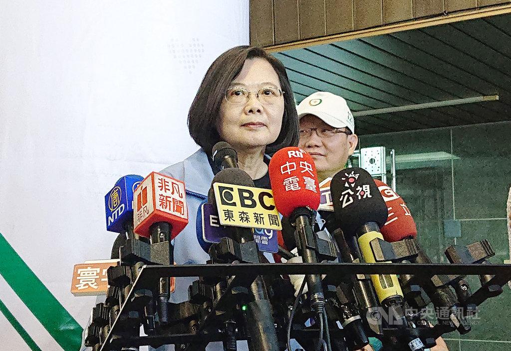總統蔡英文9日受訪時,質疑國民黨總統參選人韓國瑜,市政做得不順、選舉選得困難,也不能把責任推給人民。中央社記者潘姿羽攝 108年11月9日