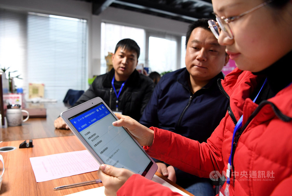 陸媒報導,中國大陸將於2020年展開第7次全國人口普查,在境內居住的台港澳居民和外國人也屬於普查對象。圖為1月11日進行第4次全國經濟普查,安徽合肥一家企業正接受轄區的普查員登記。(中新社提供)中央社 108年11月9日