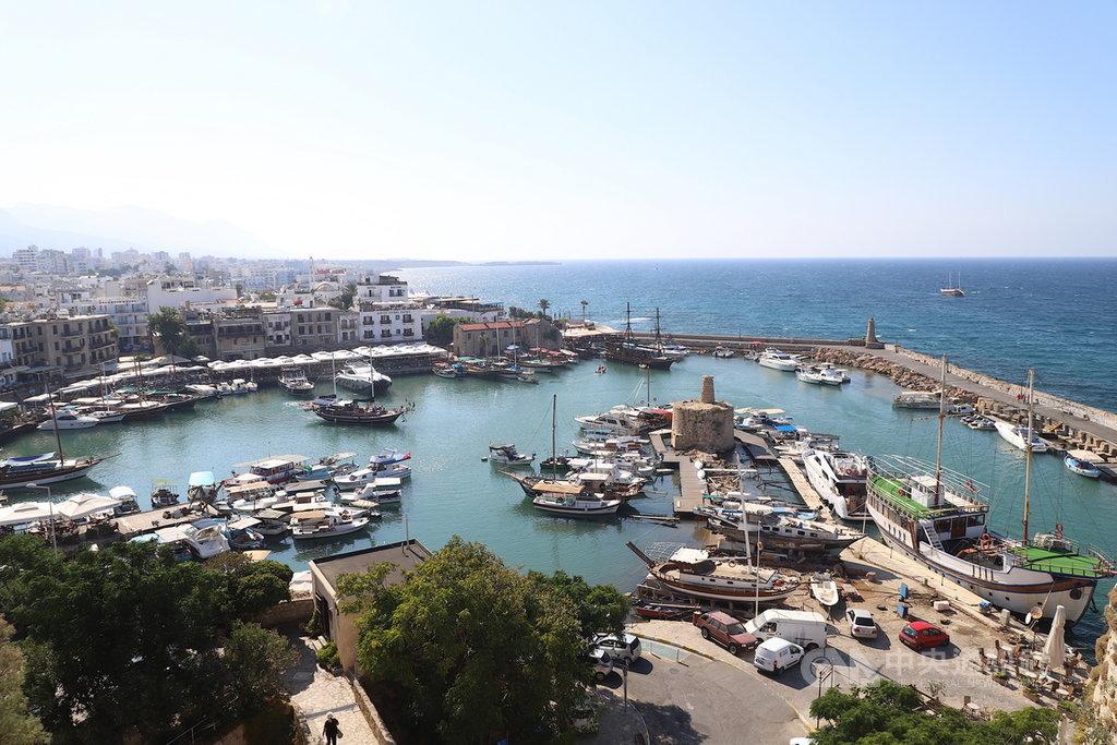 位處東地中海的賽普勒斯是繼西西里島、薩丁尼亞島之後的地中海第3大島。圖為位在賽島北部的基里尼亞港(Kyrenia Harbour),8月21日攝。中央社記者何宏儒北賽普勒斯攝   108年11月9日