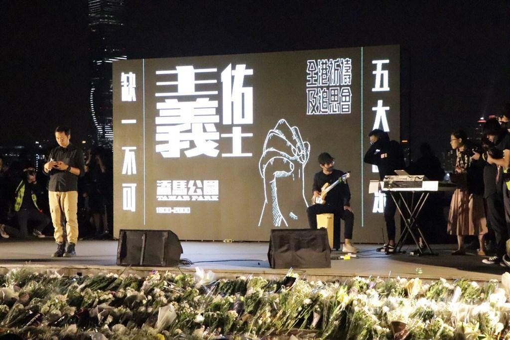 大批香港市民9日晚間參加在金鐘添馬公園的集會,悼念因參加「反送中」示威、墜樓不治的科技大學學生周梓樂。圖為與會者致意的白鮮花擺滿舞台前方。中央社記者張謙香港攝 108年11月9日