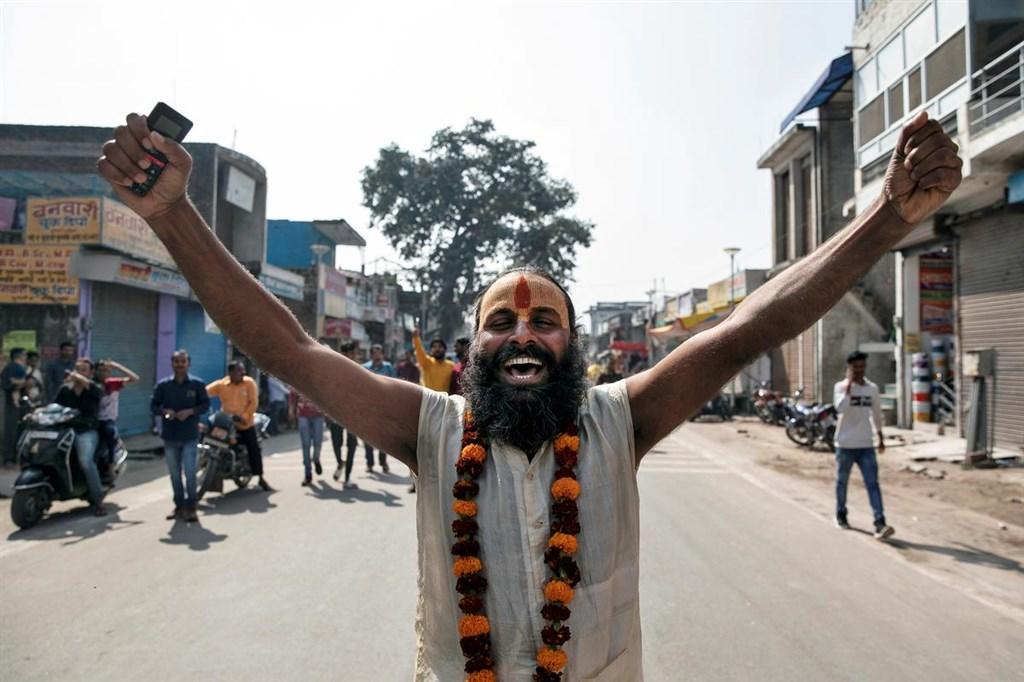 印度最高法院9日對北方省阿尤德亞市一處引發印度教徒與穆斯林爭奪的聖地爭訟案作出判決,允許印度教徒在當地興建神廟。圖為印度民眾慶祝判決結果。(路透社提供)