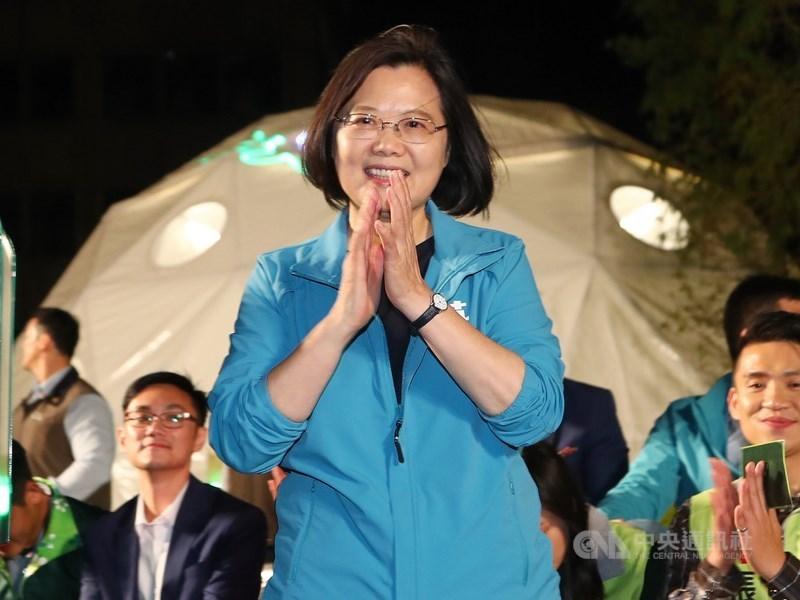 總統蔡英文(前)拚國會過半,9日將出席新北市立委羅致政、台北市立委何志偉競選總部成立大會。(中央社檔案照片)