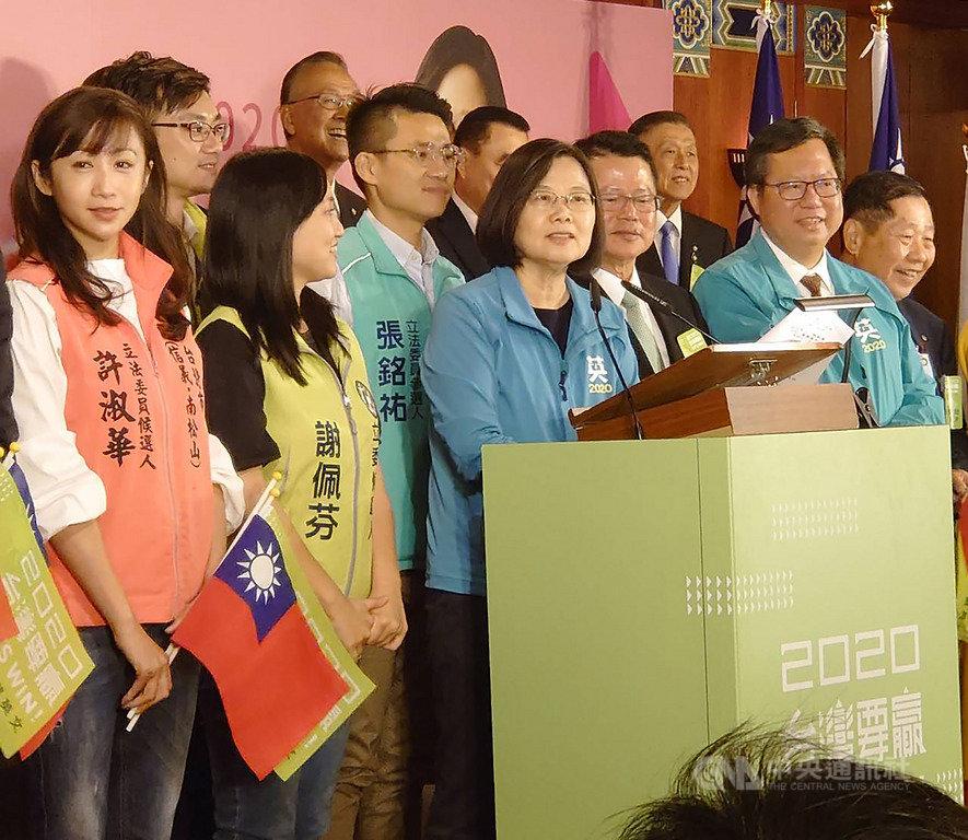 總統蔡英文(前左3)9日出席多場後援會成立大會,儘管行程緊湊,但蔡總統仍努力暢談政績爭取支持。中央社記者溫貴香攝 108年11月9日