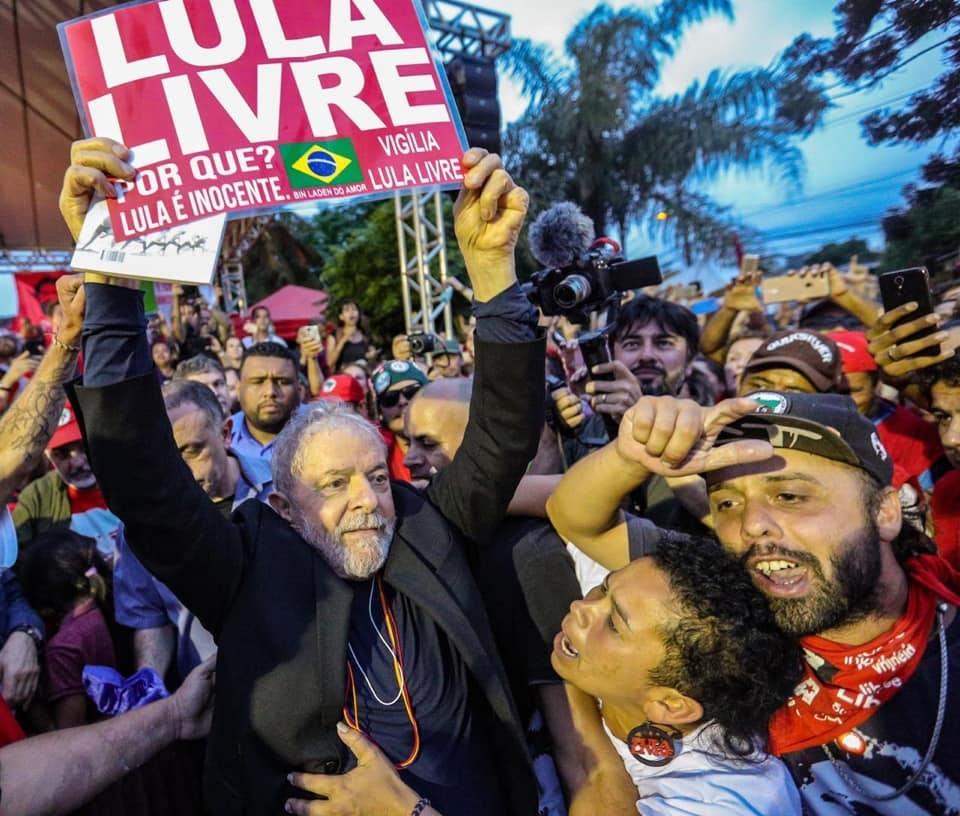 巴西前總統魯拉(前左)因貪汙和洗錢罪名入獄服刑580天,巴西最高法院8日推翻二審入獄釋憲,下令釋放魯拉。(圖取自facebook.com/Lula)