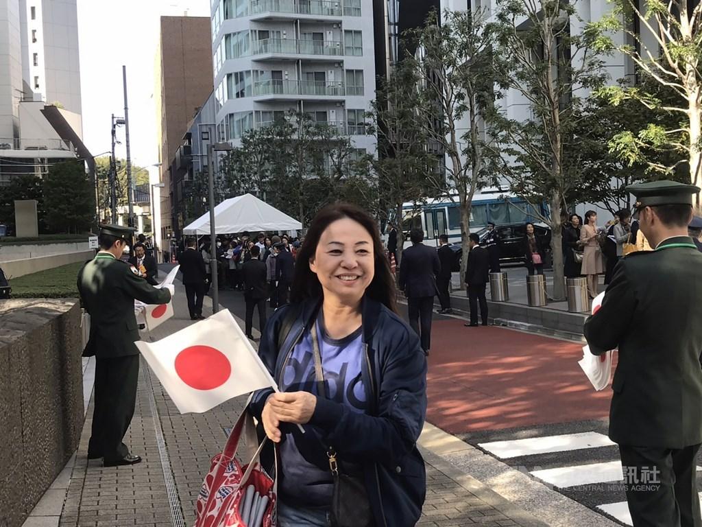 日皇德仁即位遊行「祝賀御列之儀」10日下午登場,不少民眾提前在遊行路線附近排隊,圖為一位女士拿著日本國旗興奮等待。中央社記者楊明珠東京攝 108年11月10日