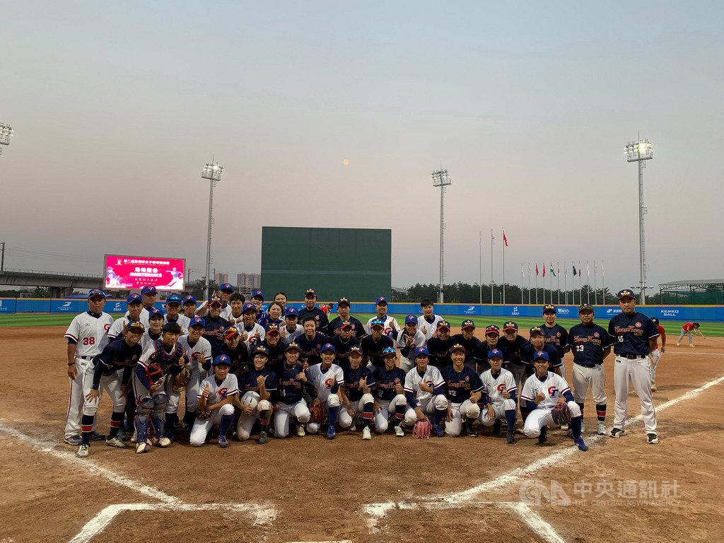 2019年第2屆亞洲女子棒球錦標賽,中華隊(白衣)10日預賽對上香港(黑衣),終場中華隊以12比0收下2連勝,提前確定晉級複賽。圖為兩隊球員合影留念。(中華民國棒球協會提供)中央社記者謝靜雯傳真 108年11月10日