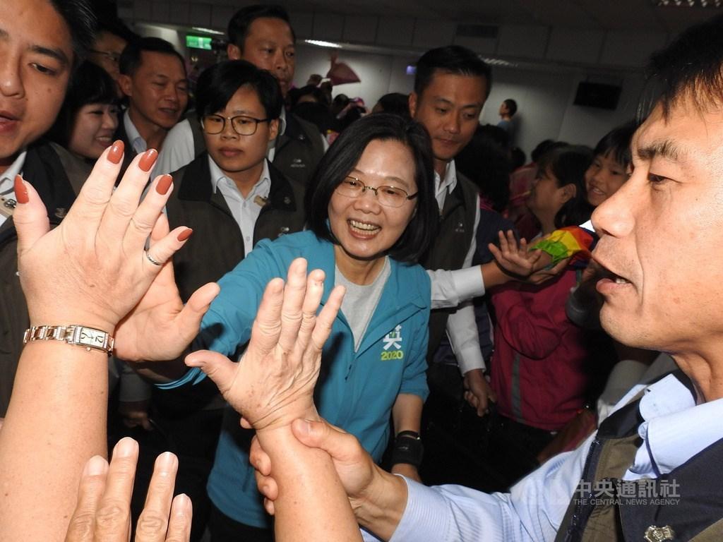 新北市小英姊妹會10日成立,吸引大批婦女支持者到場,總統蔡英文(中)一一和支持者擊掌互動,場面熱烈。中央社記者王鴻國攝 108年11月10日