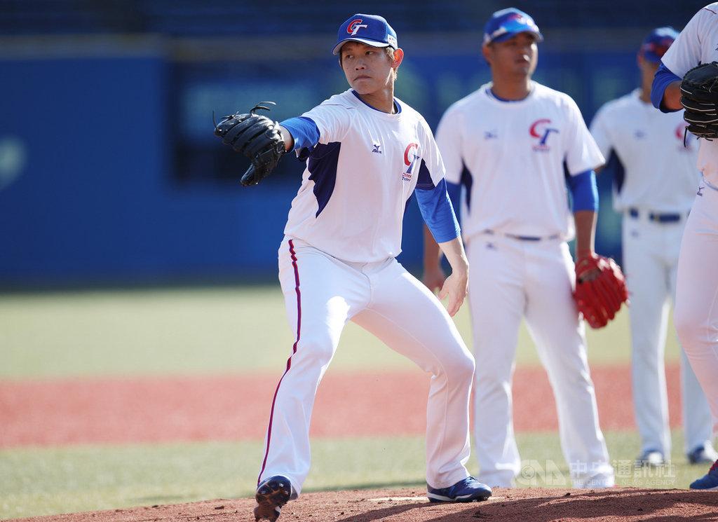 2019世界12強棒球賽複賽11日將在日本千葉ZOZO球場開打,這座球場同時是旅日投手陳冠宇(前)在羅德隊的主場,他表示,「沒有想過可以穿著中華隊球衣來到這個球場,剛好這次12強在這邊,給自己一個很棒的動力」。中央社記者張新偉東京攝 108年11月10日