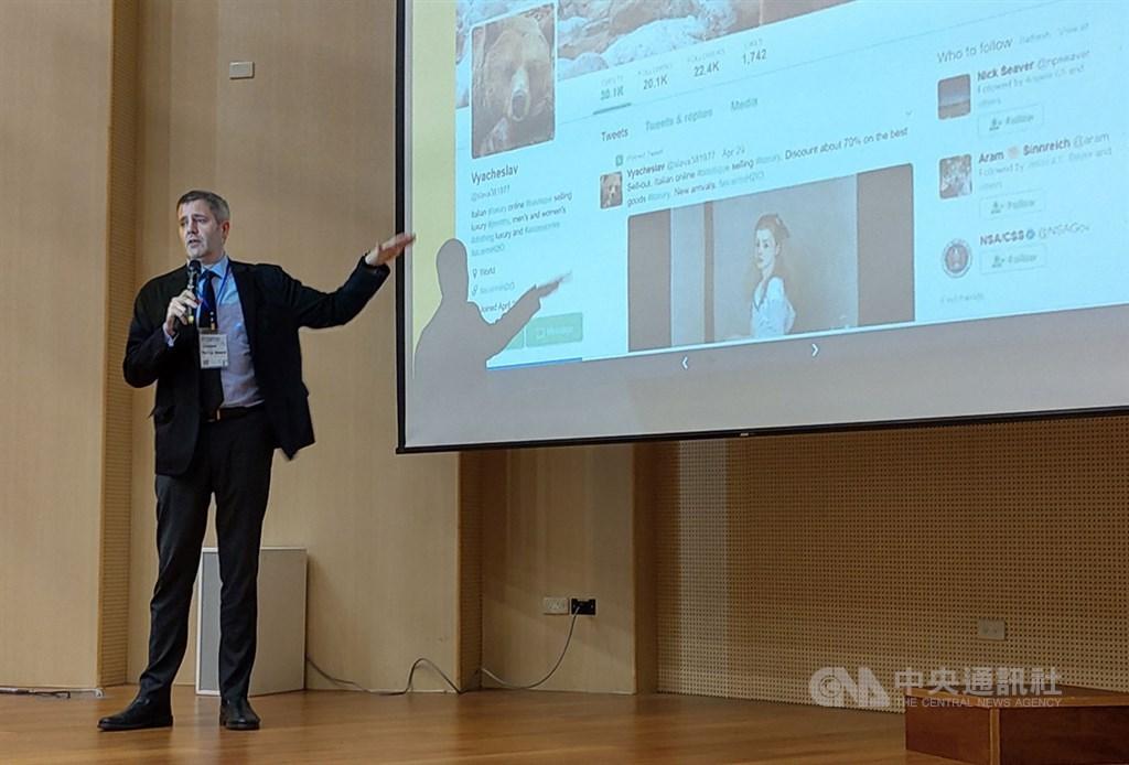 英國牛津大學網際網路研究所主任霍華德(Philip Howard)10日在台灣大學參加假訊息防制工作坊,發表專題演說。中央社記者林行健攝 108年11月10日