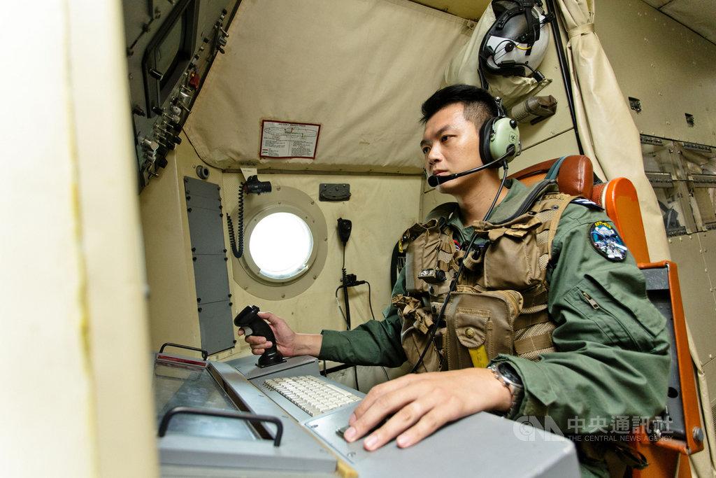空軍反潛作戰大隊偵潛官紀上尉(圖)負責P-3C反潛機各項偵搜器操作,專注查看各項數值變化。(軍聞社提供)中央社記者游凱翔傳真 108年11月10日