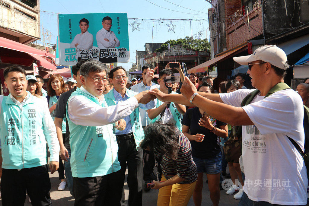 台灣民眾黨主席柯文哲(前左2)10日到苗栗為民眾黨立委參選人朱哲成(左)助選,拉抬聲勢,沿途受到民眾歡迎,爭相握手、搶拍致意。中央社記者魯鋼駿攝 108年11月10日