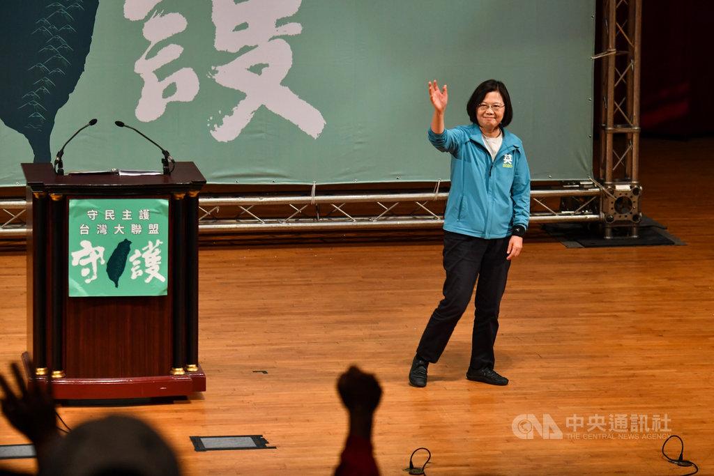 總統蔡英文10日下午在台北出席守民主護台灣大聯盟成立大會,蔡總統致詞時表示,政策基底已經打好,接下來就要蓋漂亮的房子,希望民眾繼續支持。中央社記者林俊耀攝 108年11月10日