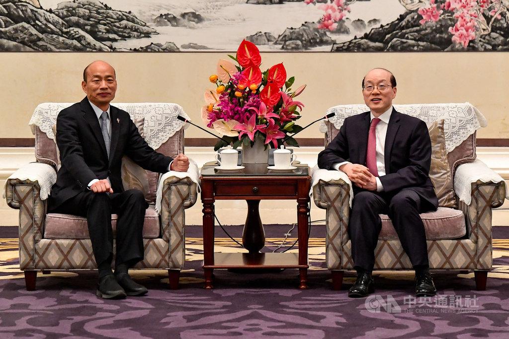 亞太和平研究基金會董事長許信良10日表示,把國民黨的「九二共識」拆穿得最徹底的,不是民進黨,而是共產黨。圖為2019年3月25日,國台辦主任劉結一(右)在深圳會見高雄市長韓國瑜(左)一行,兩人均提及「九二共識」。(中新社提供)中央社 108年11月10日