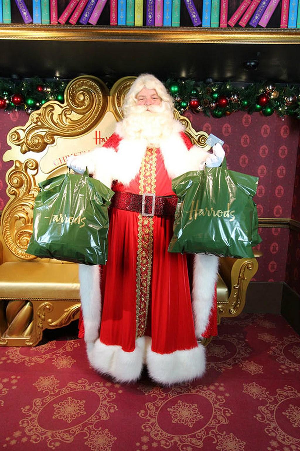 英國哈洛德百貨2019年的耶誕老公公見面會,卻限定給每年消費約新台幣7萬8000元以上的顧客,引發爭議。(圖取自twitter.com/Harrods)