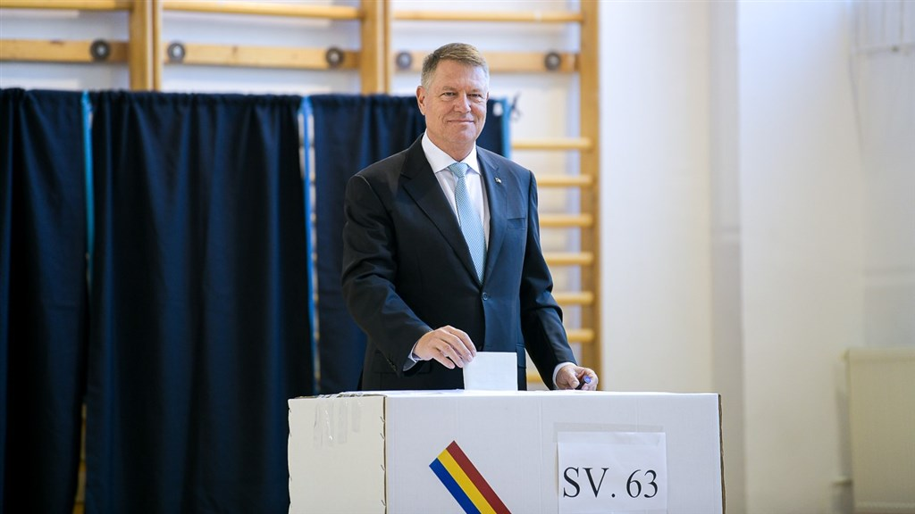 羅馬尼亞10日舉行總統選舉投票,致力推動法治、反貪的中間偏右自由派總統伊爾哈尼斯可望連任。(圖取自facebook.com/klausiohannis)