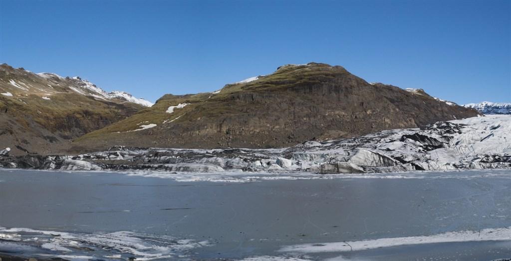 冰島7年級學生莉亞9日和同學來到索爾黑馬冰川(圖),測量一年間消融了多少。(圖取自維基共享資源,作者Jordan Parker,CC BY-SA 4.0)