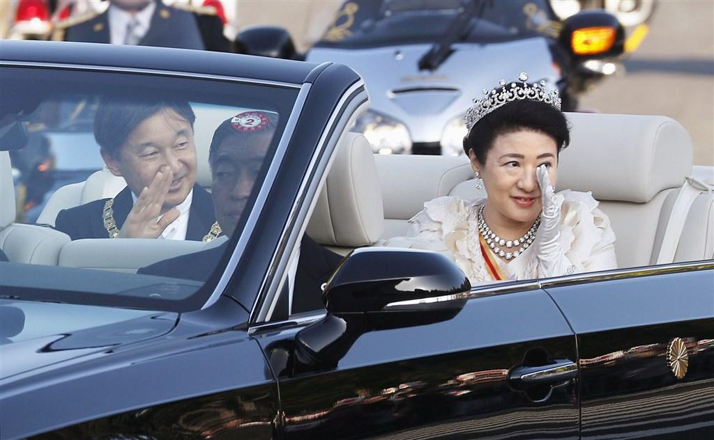 日皇德仁(左)5月1日即位,11月10日舉辦慶賀遊行,皇后雅子(右)可能很感動,一度眼中泛淚。(共同社提供)