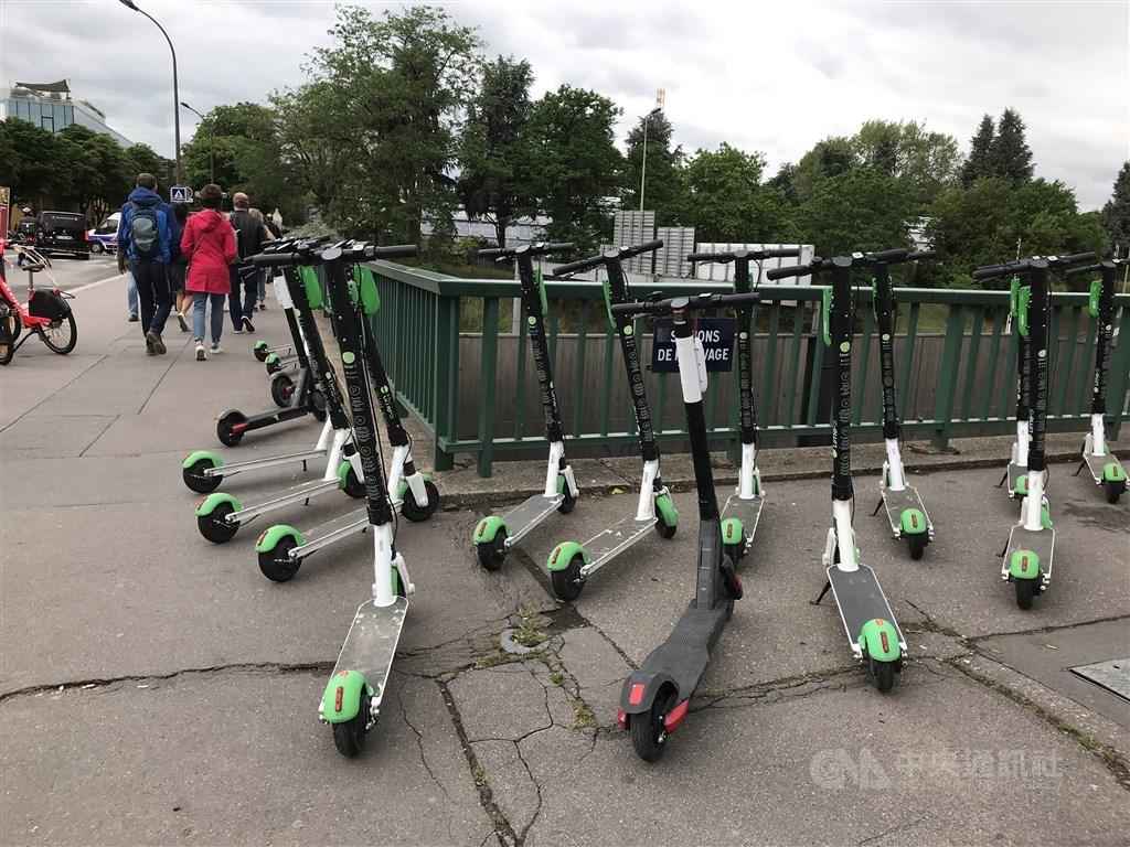 新加坡街頭隨處可見電動滑板車,然而意外事故以及充電裝置引發的火災頻傳,讓當局祭出嚴法規範。圖為法國巴黎街頭的電動滑板車。(中央社檔案照片)