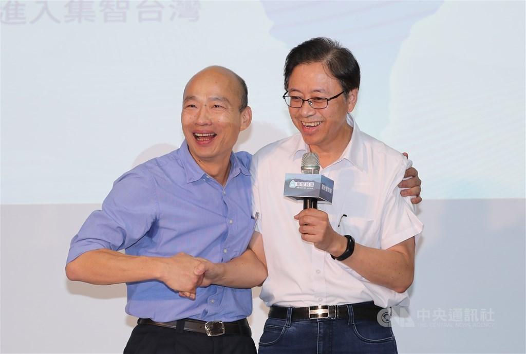 國民黨總統參選人韓國瑜(左)11日將在高雄宣布副手人選,知情人士透露,副手是國政顧問團總召張善政(右)。(中央社檔案照片)