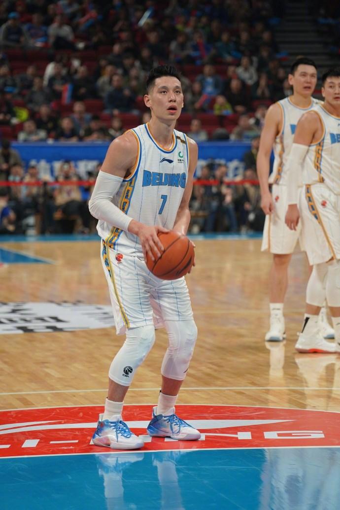 中國男子職業籃球聯賽(CBA)台裔球星林書豪(前)10日攻下本季單場新高的27分,另有7籃板與6助攻,率北京首鋼以115比104擊敗青島雙星。(圖取自林書豪微博網頁weibo.com/jlin7)
