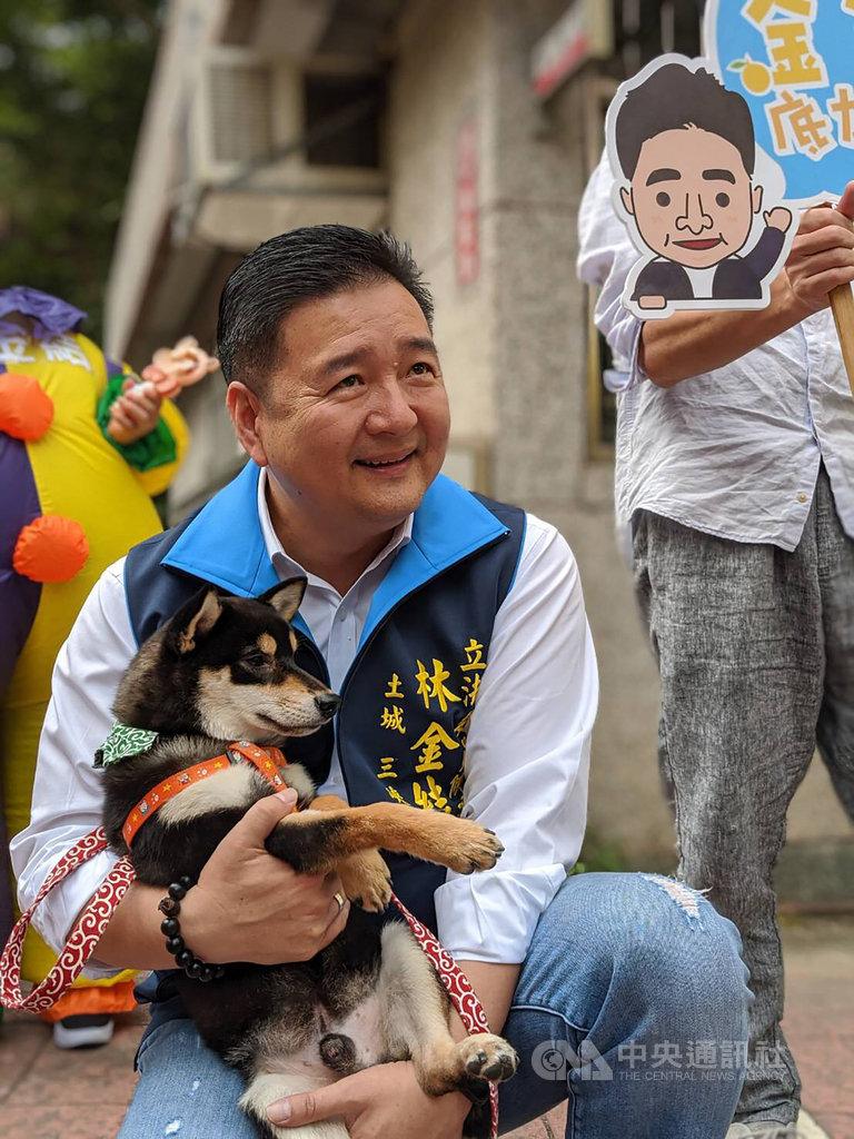 立委參選人林金結(圖)10日找來國民黨總統參選人韓國瑜的黑色柴犬「米魯」舉辦另類的粉絲見面會,米魯可愛的模樣吸引許多人圍觀,也成了最佳助選員。(林金結提供)中央社記者王鴻國傳真 108年11月10日
