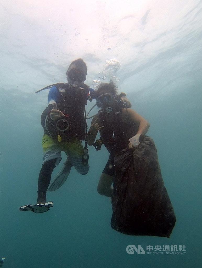 新竹市環保局去年6月起邀請在地15名潛水員組成「海底撈」團隊,於每年4、5月起海象穩定期間,在南寮沿海一帶深入海底清除垃圾,統計至108年10月,共計巡守7趟次,攜回資源物82公斤、垃圾137公斤。(新竹市政府提供)中央社記者魯鋼駿傳真 108年11月10日