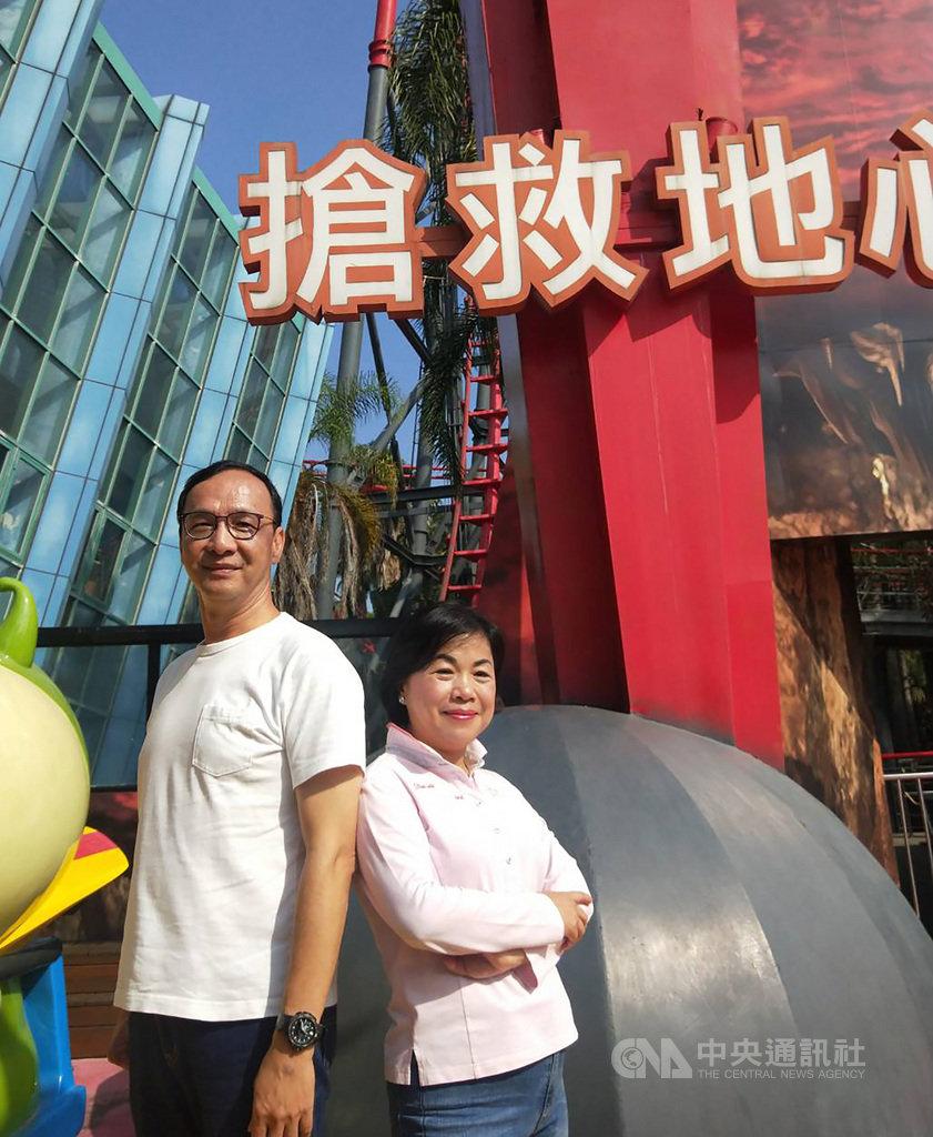 前新北市長朱立倫(左)10日南下台中,和台中市副市長楊瓊瓔(右)一起到遊樂園搭乘斷軌雲霄飛車,象徵勇於挑戰自我、突破極限。中央社記者趙麗妍攝 108年11月10日