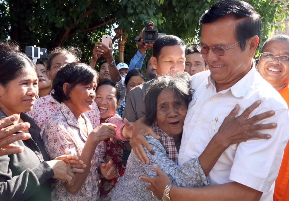 柬埔寨反對派領袖根索卡(前右)在被控叛國並遭居家軟禁、禁止接觸媒體超過兩年後,10日獲釋。(圖取自facebook.com/kemsokha)
