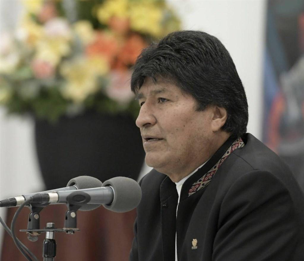 玻利維亞總統大選結果遭各界質疑舞弊,引發長達3週的反政府示威,如今軍警都表態不支持贏得大選的現任總統莫拉萊斯。(圖取自facebook.com/EvoMASFuturo)