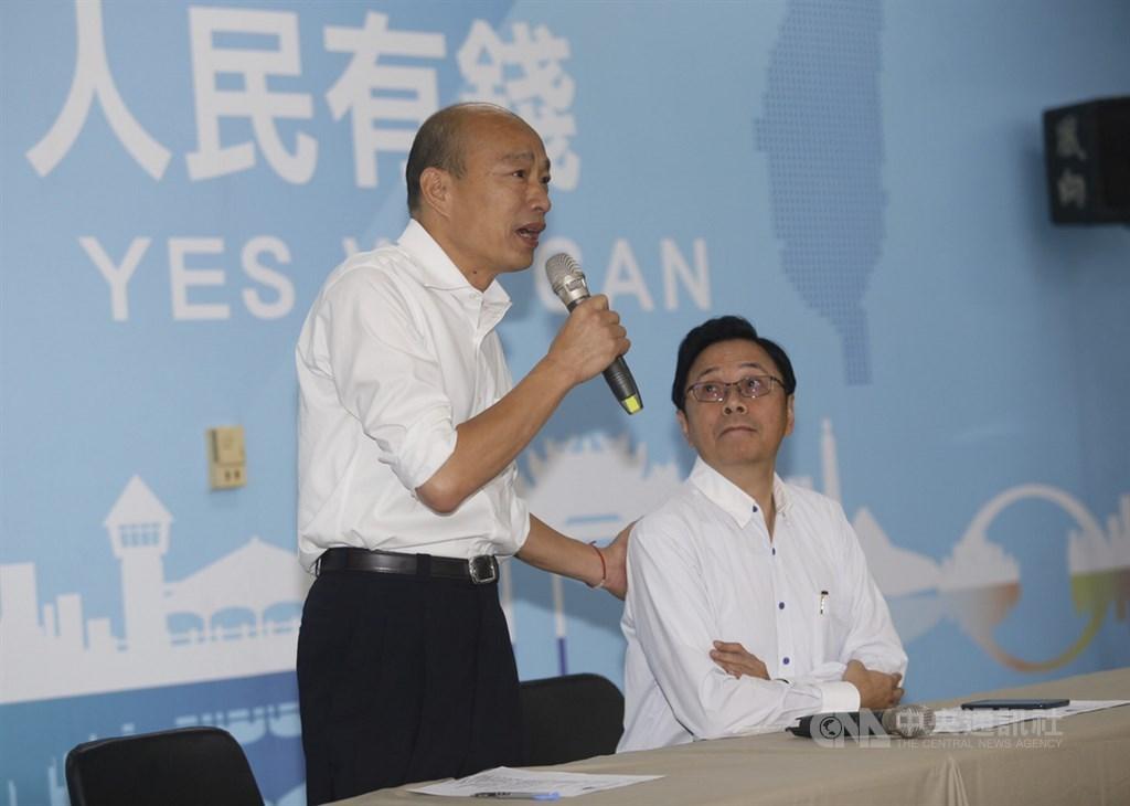 國民黨總統參選人韓國瑜(左)11日在國民黨高雄市黨部召開記者會,宣布由國政顧問團總召張善政(右)擔任副手。中央社記者董俊志攝 108年11月11日