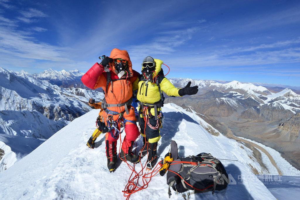 台灣素人登山家陳鴻耀(右)與蘇立成(左)10月29日上午成功登上位於尼泊爾、標高7126公尺的希姆隆峰,成為首組完攀的台灣組合。(陳鴻耀提供)中央社記者龍柏安傳真 108年11月11日