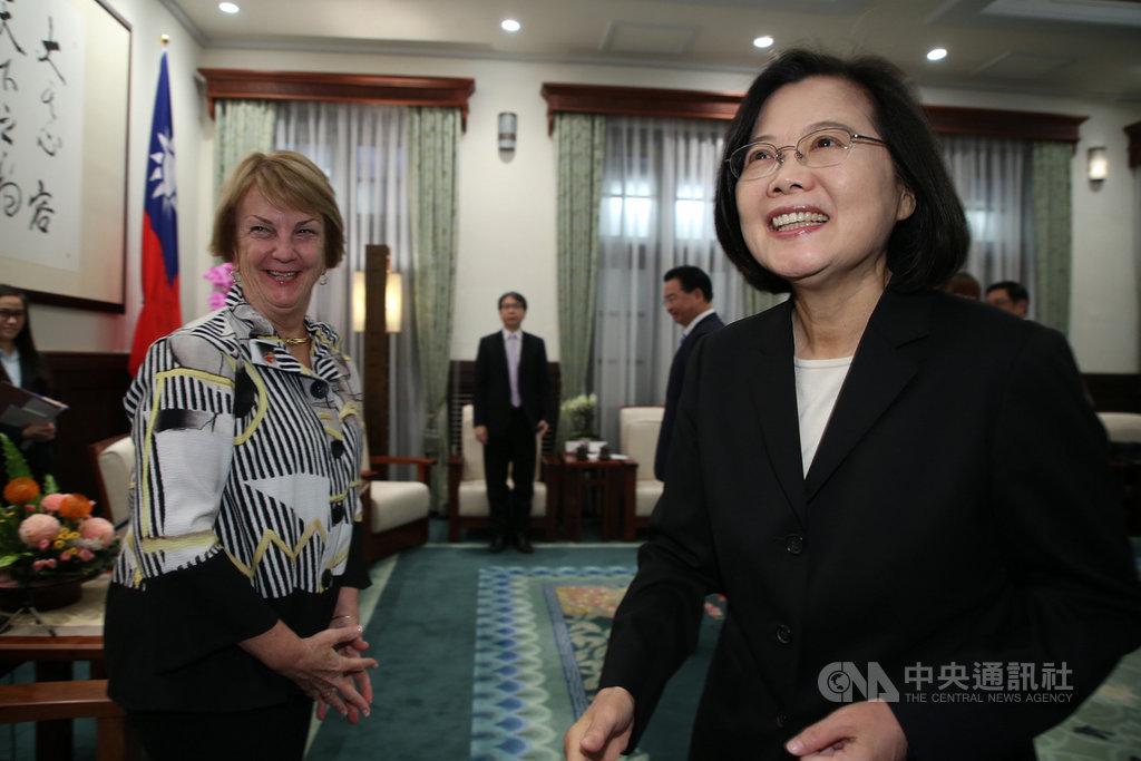 總統蔡英文(右)11日上午在總統府接見美國外交政策全國委員會會長艾略特(Susan Elliott)(左)等人。中央社記者鄭傑文攝 108年11月11日