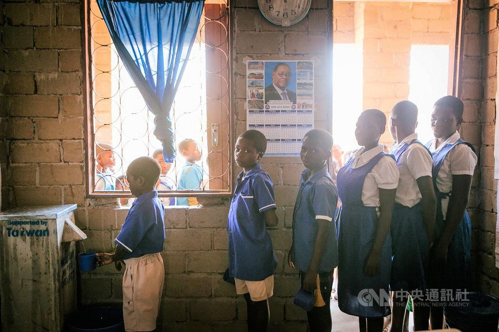 馬拉威深受愛滋病、霍亂、虐疾等疾病之害,屏東基督教醫院透過畢嘉士基金會援助馬拉威醫療12年,並在馬拉威建造學校、廁所與濾水器,讓當地學生有乾淨的水可以喝,改善超過5000人的衛生條件。(畢嘉士基金會提供)中央社記者郭芷瑄傳真 108年11月11日