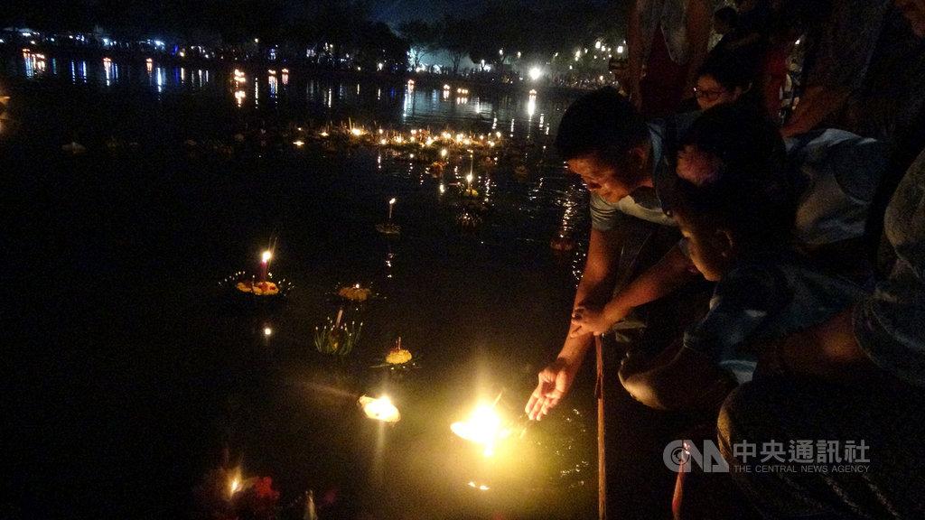 11月11日是泰國水燈節,傍晚泰國人會把鮮花和蠟燭做成的水燈放到水裡,象徵帶走壞運,並向河神祈求原諒和來年的幸運。中央社記者呂欣憓素可泰攝 108年11月11日