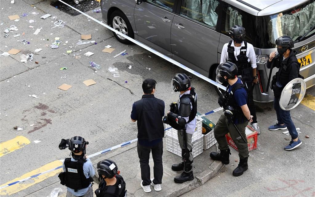 香港「反送中」運動11日早有「三罷」及堵路和堵地鐵行動,有警方在制伏堵路示威者時開3槍,至少1人中彈,現場地上有血跡。(共同社提供)