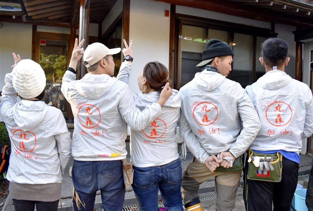 哈吉貝颱風10月中旬侵襲日本,12名台灣志工近日穿著背上寫有「丸森加油!」的外套,自費到日本東北部宮城縣丸森町協助災民整理家園。(共同社提供)