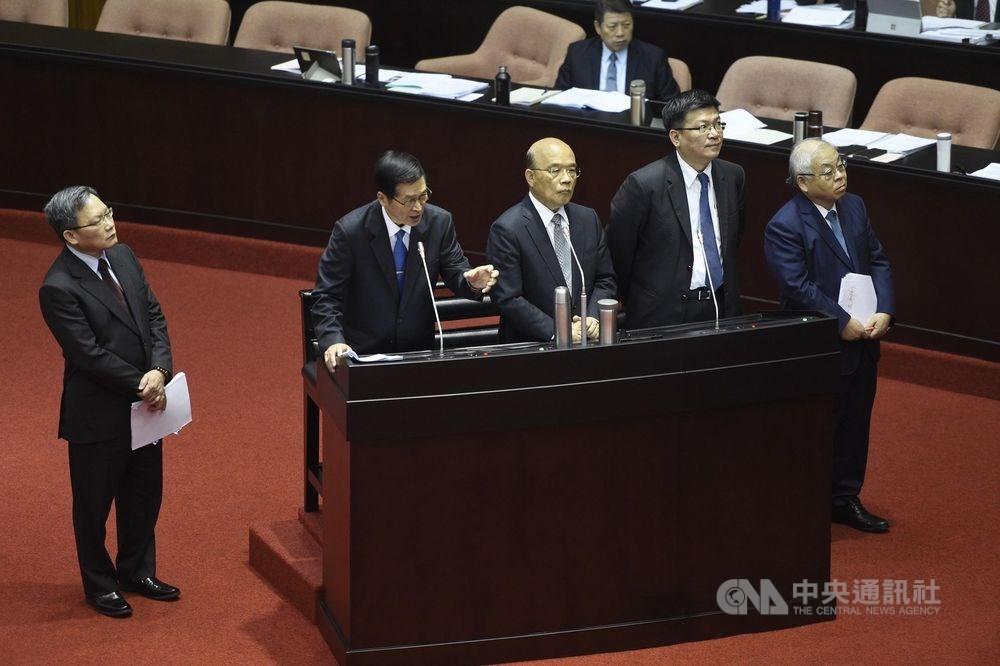 行政院長蘇貞昌(中)12日率相關官員在立法院報告中央政府新式戰機採購特別預算案。中央社記者王飛華攝 108年11月12日
