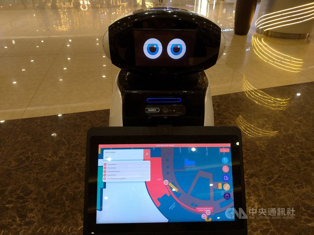 菲律賓大型購物中心引進台灣製造的AI機器人,民眾只要輸入店名,就能依據路線找到店家位置,省時又省力。中央社記者陳妍君馬尼拉攝 108年11月12日