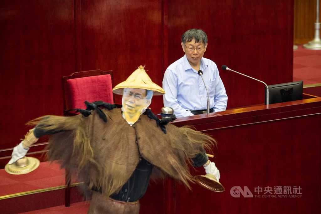 台北市議員王世堅12日在議會總質詢表示,台北市長柯文哲(圖)打五大案無疾而終,反締造「新五大案」,王世堅並送上身上停有5隻野鳥的稻草人給柯文哲,指柯文哲已被財團駕馭、擺佈。中央社記者林俊耀攝 108年11月12日