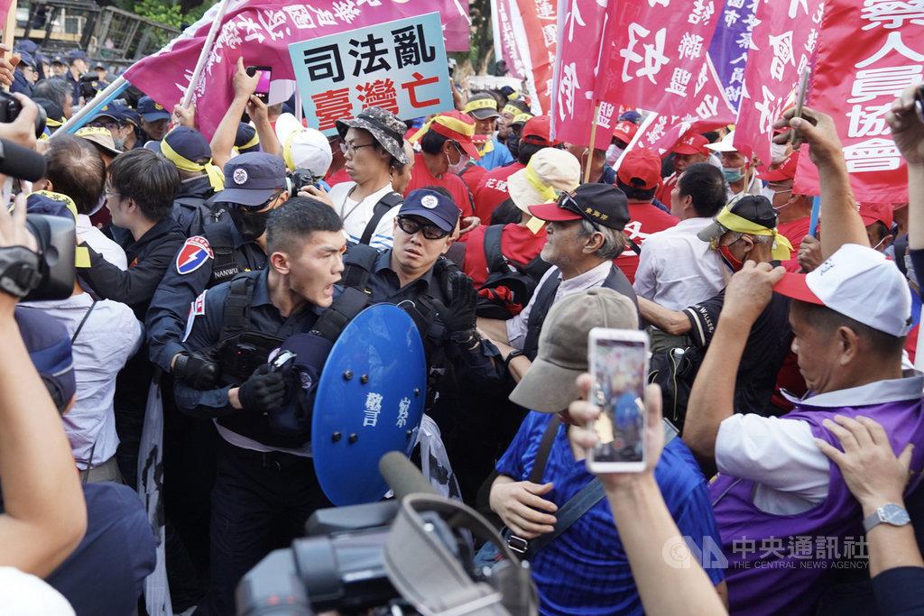 太陽花學運行政院驅離案,台北市警察局遭判賠。退警總會以「捍衛警察尊嚴」為由,12日到行政院前抗議,一度與維安警力發生推擠。中央社記者徐肇昌攝 108年11月12日