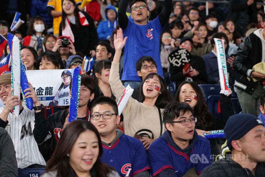 世界12強棒球複賽12日晚間在日本千葉ZOZO球場舉行,中華隊一路領先南韓隊,中隊球迷嗨翻天搖旗吶喊。中央社記者楊明珠千葉攝 108年11月12日