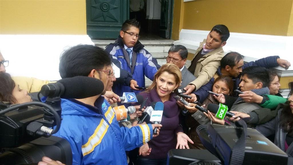 玻利維亞在野黨籍國會參議院副議長艾尼茲(中),12日在未能取得法定人數的國會會議上,宣告她為玻利維亞新任臨時總統。(圖取自twitter.com/JeanineAnez)